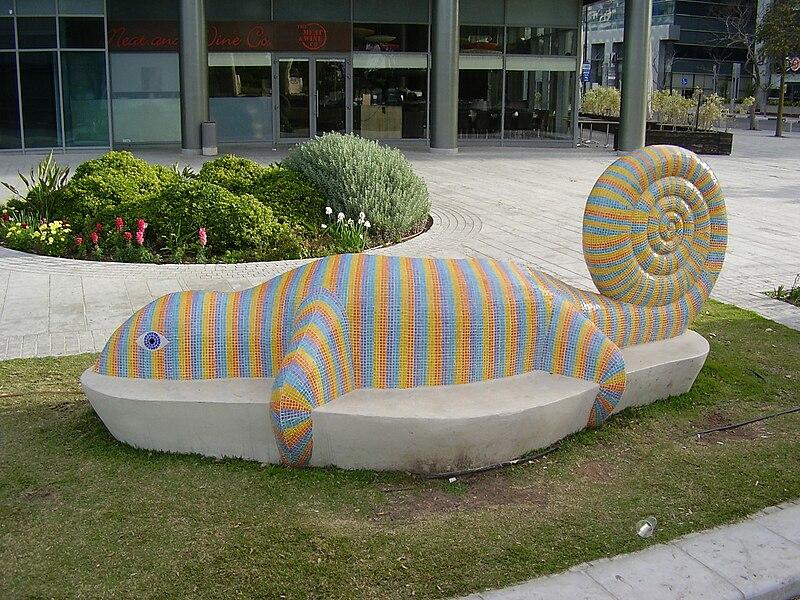 ספסל מעוצב בצורת סלמנדרה בהרצליה