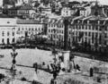 Praça Dom Pedro IV no dia do casamento do rei Dom Luis, tendo sido colocada ao centro uma coluna evocativa, 1862.png