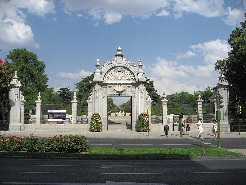 Puerta de Felipe IV aan de Calle Alfonso XII