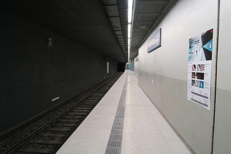 File:S-Bahnhof Stadthausbrücke.März 2017.3.nnw.jpg