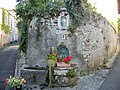 Saint-Bertrand-de-Comminges - Statue de Saint-Bertrand et de la Vierge Marie à l'enfant au-dessus d'une fontaine.jpg