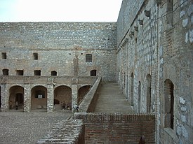Salses Forteresse cour interieure 03.jpg