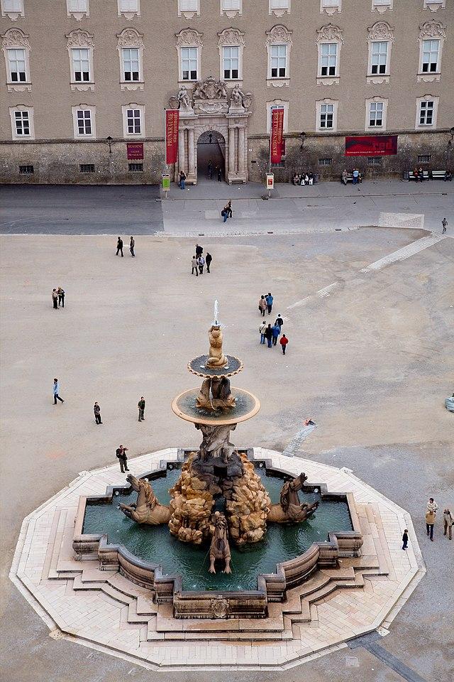 Der eindrucksvolle Brunnen am Residenzplatz