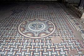 Мозаичный пол с гроздьями.