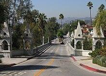Lo Shakespeare Bridge a Los Feliz, fazione di Los Angeles nella quale DiCaprio crebbe con la madre durante la sua infanzia.