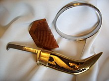 Wooden comb, iron bracelet and curved, gold-coloured dagger