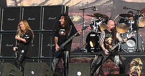 "Slayer dum ""The Fields of Rock""-festivalo en 2007, maldekstre dekstren; Jeff Hanneman, Tom Araya, Kerry King kaj malantaŭe Dave Lombardo"