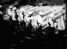 I soldati sparano sulla folla