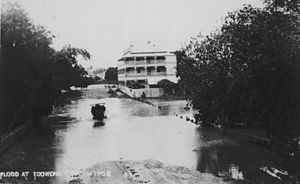 Regatta Hotel - Flood water rising on Coronation Drive (then River Road) approaching the Regatta Hotel, March 1908