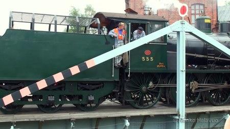 File:Steam Locomotive on a Turntable • Höyryveturi Hv1 555 kääntöpöydällä.webm