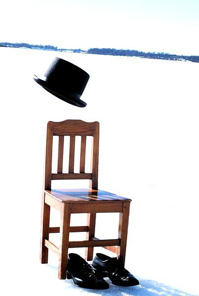 File:Stol, hatt och skor på is.JPG