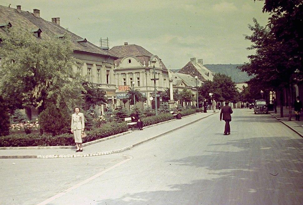 Szent Bertalan utca a Kossuth Lajos utca felé nézve. Fortepan 721