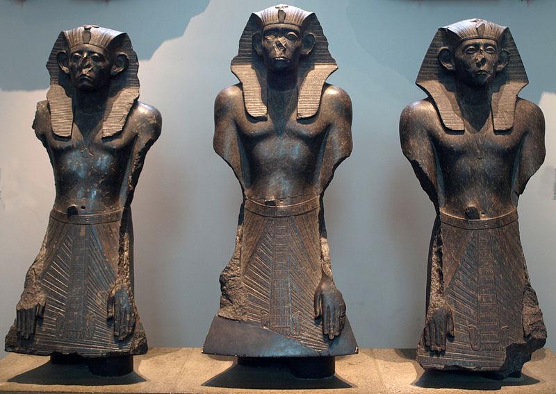 Archivo:ThreeStatuesOfSesotrisIII-FaceOn-BritishMuseum-August19-08.jpg