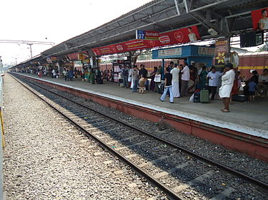 Passengers waiting for the train at the platform No 2 at the Thrissur railway station Thrissur railway staion3.JPG
