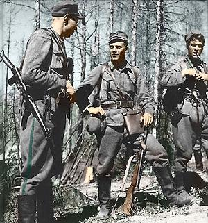 Lauri Törni - Törni (in the middle) as Finnish lieutenant
