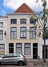 foto van Pand met gepleisterde lijstgevel met stucdecoratie boven de vensters. Parterre, verdieping en mezzanino. Oude kap