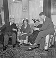 Twee mannen in gesprek met twee vrouwen op een bank, Bestanddeelnr 255-8530.jpg