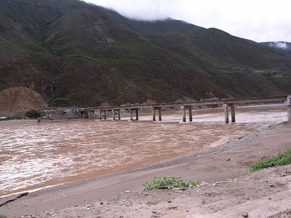 Upper Yangtze River divides Tibet and Sichuan.jpg