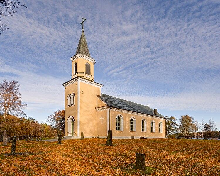 File:Utö kyrka October 2015.jpg