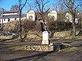 Všeradice, kříž před kostelem a dvojice výklenkových kaplí.jpg