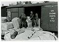 Valtionarkisto 1945. Asiakirjoja tuodaan takaisin. Kuormaus käynnissä Vuojoen asemalla 6.4.1945. Kansallisarkisto.jpg