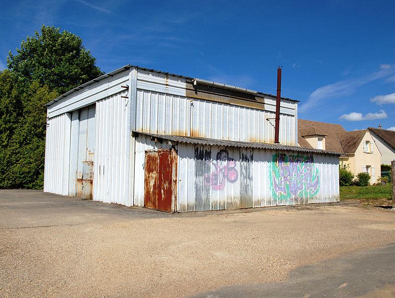 Vinneuf (Yonne, France); le hangar technique communal & ses graffitis.