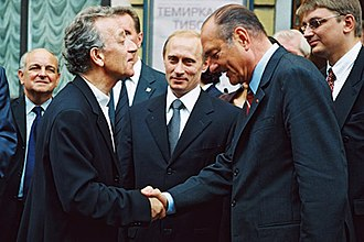 Yuri Temirkanov - Russian orchestra conductor Yuri Temirkanov (l.) is congratulated by French President Jacques Chirac (r.) with President Vladimir Putin watching, outside the St Petersburg Philharmonic (2001)