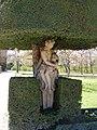 Würzburg - Hofgarten der Residenz, Skulptur unter einem Eibenbaum.jpg