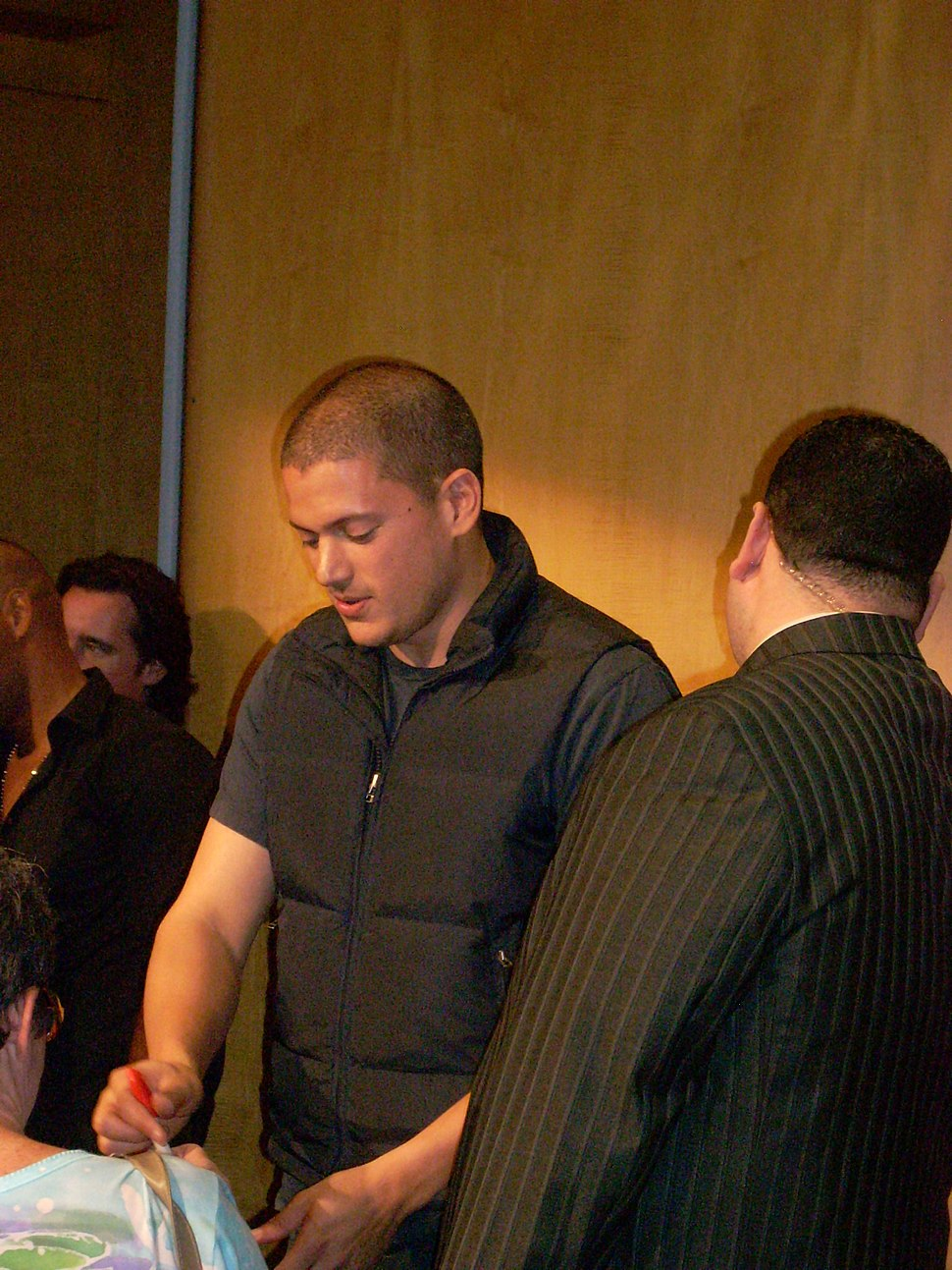 Wentworth Miller signing autographs