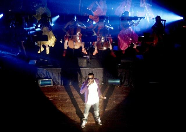 Datei:West performing.jpg