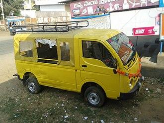 Tata Magic - Image: Yellow color minivan 2013 12 30 18 58