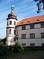 Zámek Kostelec nČl, západní věž od jihu (01).jpg