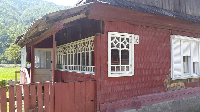 Веранда одного з будинків, село Руська Мокра. Автор фото — Dutiasvity, вільна ліцензія CC BY-SA 4.0