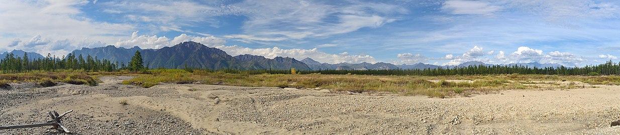 Кодарский хребет из поймы Среднего Сакукана рядом с Чарскими Песками.jpg
