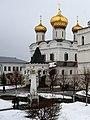 Мемориальная колонна на фоне Троицкого собора.jpg