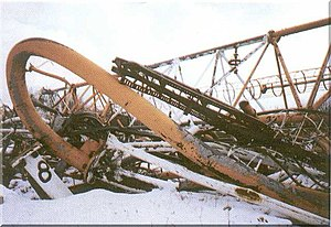 The Warsaw radio mast after its collapse on August 8. Oblomki rukhnuvshei Varshavskoi radiomachty.jpg