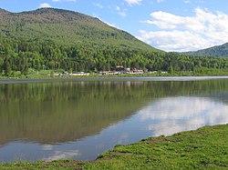 Оз.Манжерокское, вид на село Озерное.JPG