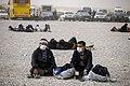 خستگی مردم (زائرین) در پیاده روی اربعین- مرز مهران- ایران 03.jpg