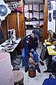 02 عامل الأحذية.jpg