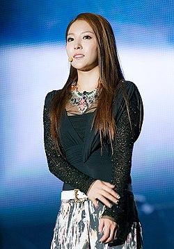 la descubierta single asian girls Krystal jung fue descubierta por sm  el primer single del grupo, la cha  cl (2ne1) y yoo bin (wonder girls) krystal es la hermana menor de jessica.