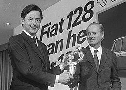 Giacosa, assieme a Umberto Agnelli, riceve ad Amsterdam il premio di Auto dell'anno assegnato nel 1970 alla Fiat 128.