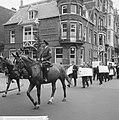 200 Taxichauffeurs staken, met leuzen trokken zij langs d kantoren, Bestanddeelnr 918-1989.jpg