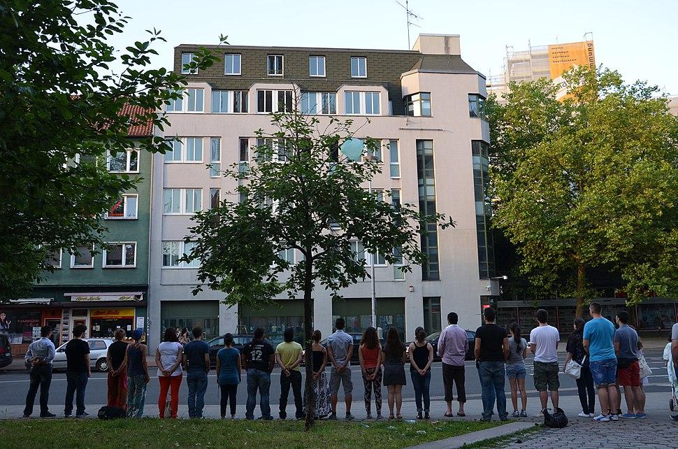 68l3c Duran adam (stehender Mann), Dutzende junge Menschen vor dem Türkischen Generalkonsulat in Hannover fordern stillschweigend eine laizistische Türkei