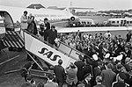 Aankomst Beatles op Schiphol, de Beatles op de vliegtuigtrap met aan hun voeten , Bestanddeelnr 916-5123.jpg