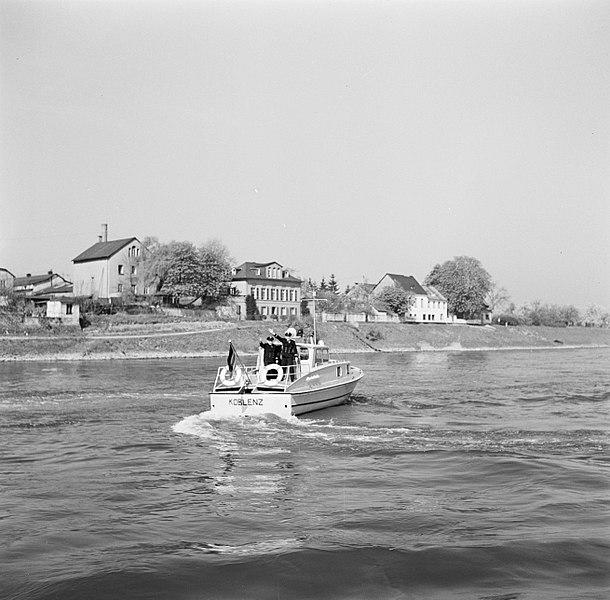 File:Agenten van de wasserschutzpolizei met links Willy Steeger op hun boot, Bestanddeelnr 254-1523.jpg