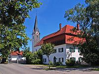 Aitrang - Pfarrhof u Kirche v NW.JPG
