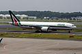 Alitalia Boeing 777-243-ER (EI-ISO-32857-424) (20540034426).jpg