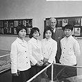 Anne Frankreis voor vier Japanse meisjes, de heer Otto Frank met een der Japan, Bestanddeelnr 917-5683.jpg