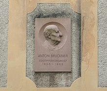 Bruckner-Gedenkstein von Adolf Wagner von der Mühl an der Stadtpfarrkirche in Linz (Quelle: Wikimedia)