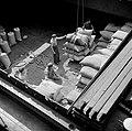 Arbeiders in een scheepsruim in de overslaghaven van Bazel-Kleinhüningen, gezien, Bestanddeelnr 254-1261.jpg